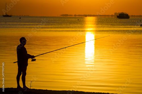 Plakat Rybak przy wschodem słońca