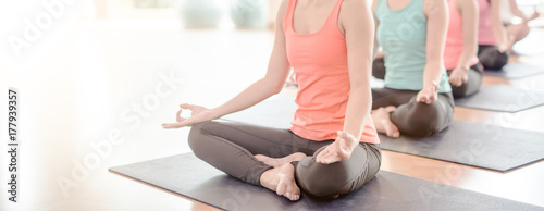 Staande foto School de yoga Attractive young Asian woman group exercising and sitting in yoga lotus position in yoga classes