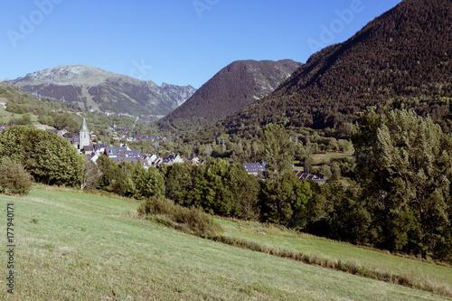Tuinposter Olijf paisaje de pueblo de montagna
