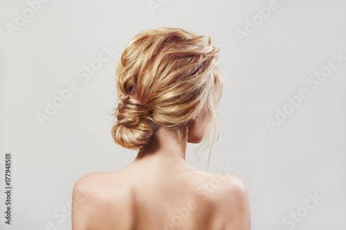 Plakat Tylny widok blondi kobieta z długie włosy