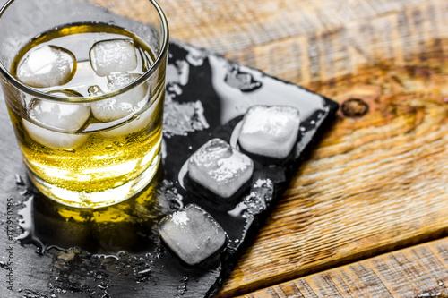 Zdjęcie XXL szklanka whisky na drewniane tła