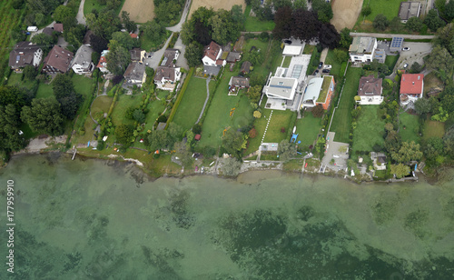 Zdjęcie XXL Widok z lotu ptaka ekskluzywni budynki mieszkalni na bankach Szwajcarski brzeg Jeziorny Constance