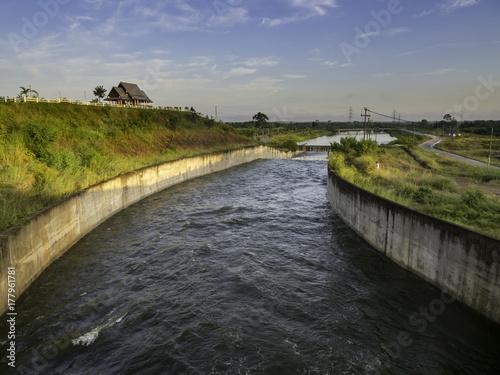 Fototapeta Woda z przelewu zaporowego z nalewaniem wody. w Tajlandii