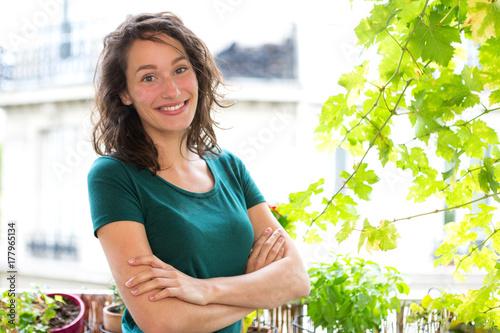 Plakat Portret kobieta na jej miasto ogródu balkonie - natura i miasto temat