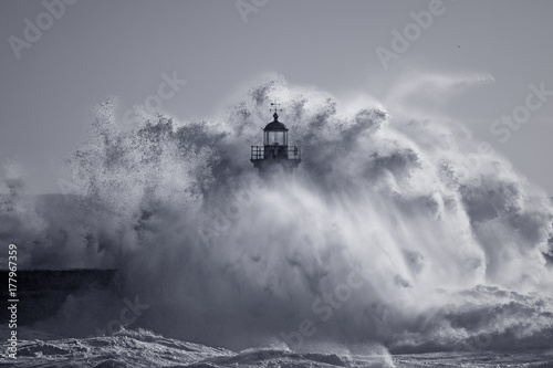 Stickers pour porte Eau Od lighthouse embraced by stormy waves