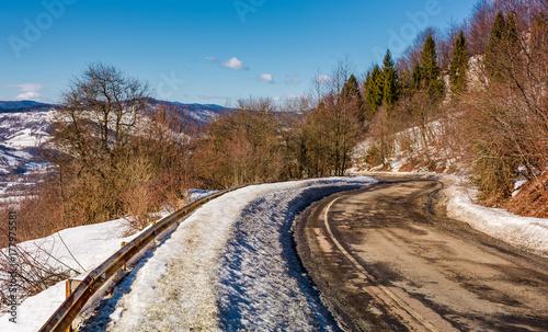 Zdjęcie XXL kręta serpentyna w zimie. piękne dekoracje transportowe w górach