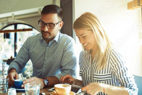 Plakat Miłość para w kawiarni