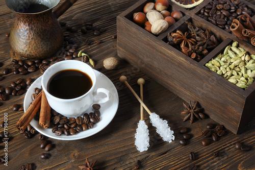 Plakat Czarna kawa w białej filiżance i różnych przyprawach