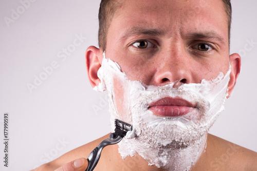 Plakat Zakończenie przystojna młodego człowieka golenia twarz