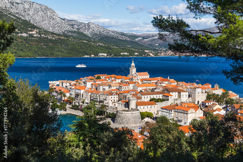Framing Korcula old town in the trees Fototapet
