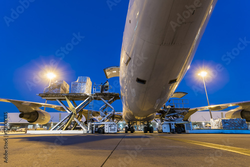 Photo  Business of air cargo freighter with import and export at twilight sky