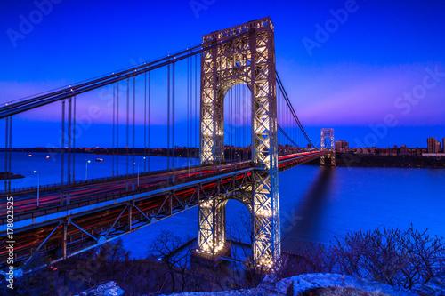 most-waszyngtona-most-wiszacy-nad-estuarium-hudsonu-laczacy-nowojorski-okreg-manhattan-z-fort-lee-w-stanie-new-jersey-wieczorny-widok
