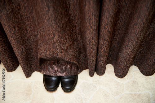 Cuadros en Lienzo Boots stick out from under the curtains