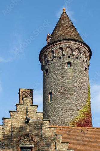 Fototapeta Średniowieczny wierza i część dom w typowej stepowej architekturze w Bruges, Belgia.