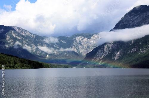 Fototapeta jezioro z tęczą powyżej