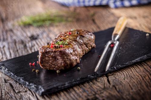Zdjęcie XXL Stek wołowy. Piec wołowina stek z solankowy pieprzowy macierzanka na nieociosanym drewnianym stole