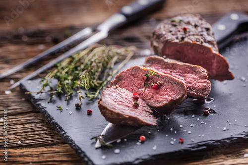 Plakat Stek wołowy. Piec wołowina stek z solankowy pieprzowy macierzanka na nieociosanym drewnianym stole