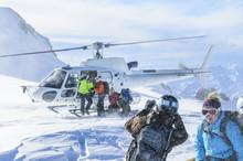 Wintersportler Werden Mit Dem Helikopter Transportiert