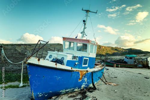 Keuken foto achterwand Schip An old rusty boat stands on a sandy beach