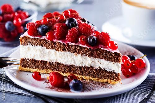 Foto Teil des überlagerten Kuchens mit Früchten