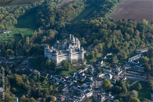 Fotodibond 3D Widok z lotu ptaka na zamek Pierrefonds odrestaurowany przez Viollet-le-Duc