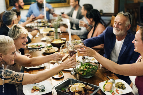 Photo Group of diverse friends are celebrating together