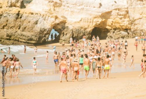 Plakat Wiele osób odpoczynku na plaży latem. Zamazany obraz.