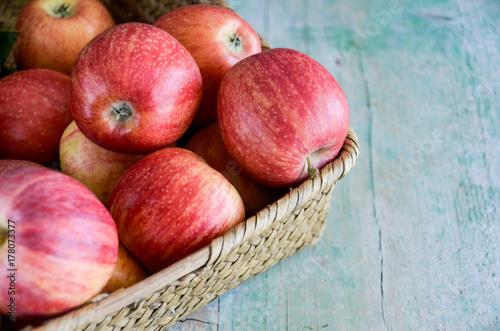 Plakat Jabłka na drewnianym tle