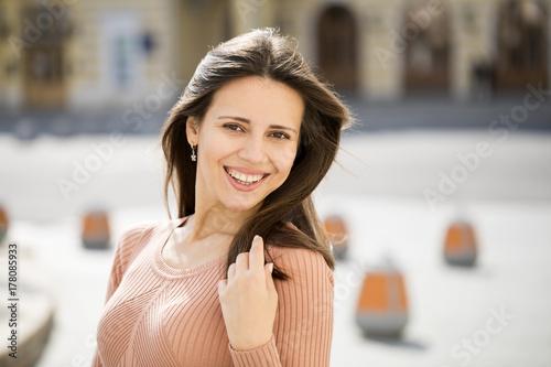 Plakat Zbliżenie portret szczęśliwy młodej kobiety ono uśmiecha się