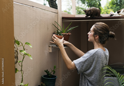Valokuva  Woman at home with plants and cats