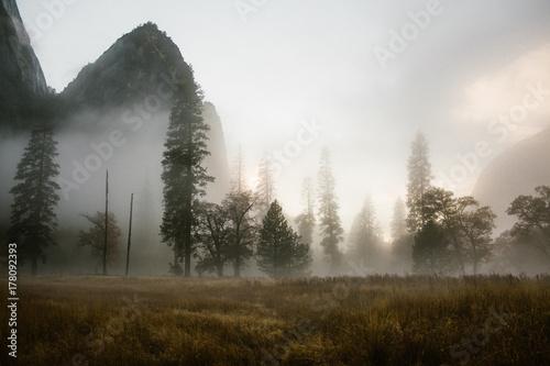 wieczorna-mgla-w-gorskiej-dolinie-o-zachodzie-slonca