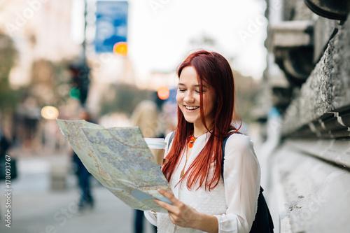 Plakat Młody piękny żeński podróżnik gubjący w mieście