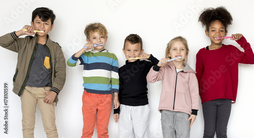 Valokuva  Kids brushing their teeth