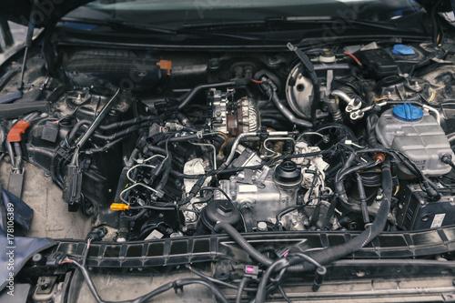 Zdjęcie XXL mechanik pracujący przy naprawach silników