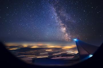 Nocny lot nad miastami. Widok z samolotu