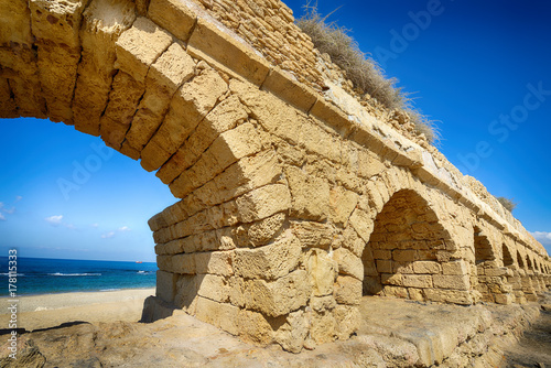 Deurstickers Rudnes Ancient Roman aqueduct at Caesarea