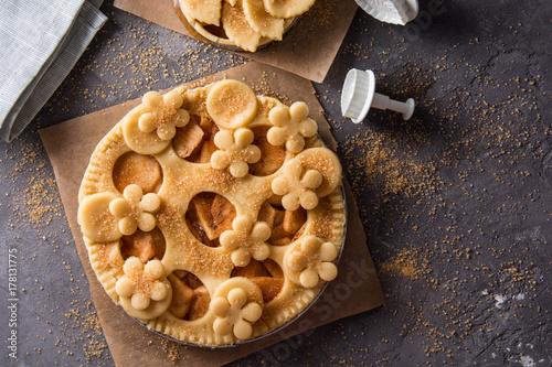 Zdjęcie XXL Domowe świeże ciasto z jabłkami i cynamonem przed pieczeniem.
