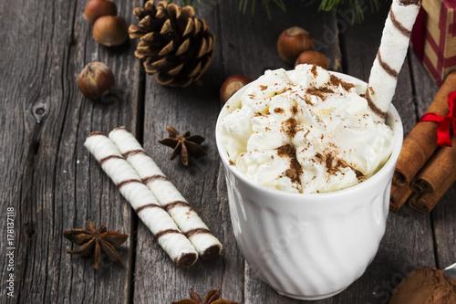 Zdjęcie XXL Boże Narodzenie napój gorąca czekolada z kremem na drewniane tła. Skopiuj miejsce. Tło żywności