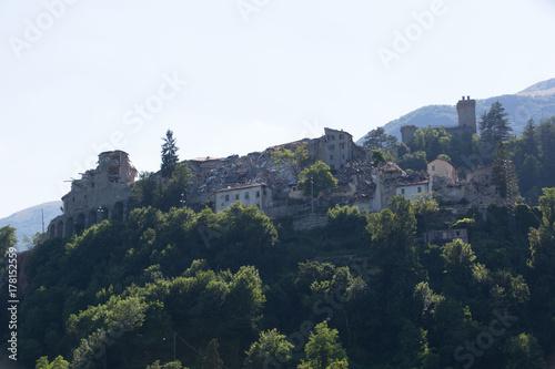 Plakat Zniszczone domy, trzęsienie ziemi; Zniszczone domy, trzęsienia ziemi, Arquata del Tronto, Włochy