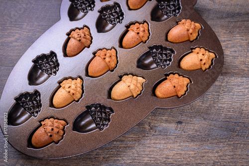 Zdjęcie XXL Kloniasty Acorn Cakelets, acorn kształtują ciastka w wypiekowej patelni, foremka. Zbliżenie.