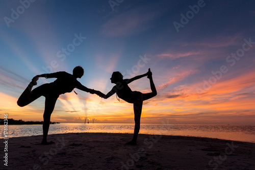 Clase de Yoga en la Playa Canvas Print