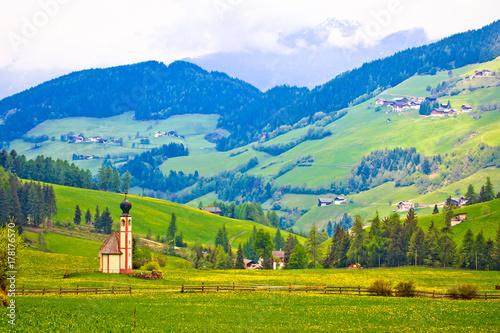 Photo  Idyllic alpine church in Santa Magdalena