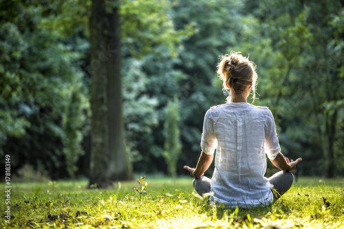 In de dag School de yoga Woman meditating and practicing yoga in forrest