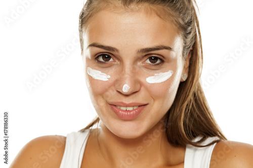 Plakat młoda kobieta z kremem na twarzy