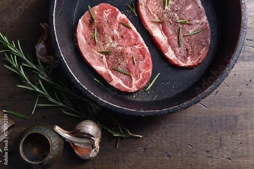 Plakat Stek wieprzowy z rozmarynem, czosnkiem i pieprzem, widok z góry