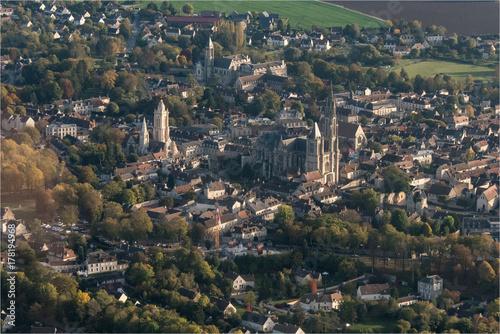 Fotodibond 3D Widok z lotu ptaka na miasto Senlis, miejsce przesiąknięte historią w Oise we Francji