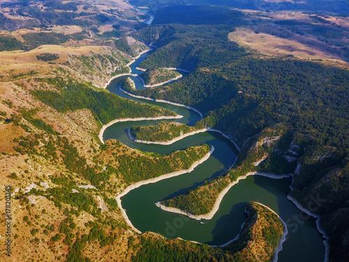 Plakat Widok z lotu ptaka halny rzeczny Uvac w Serbia