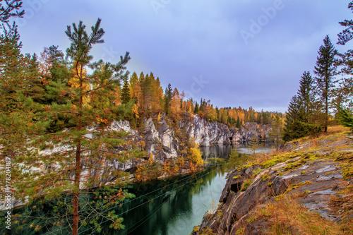 Zdjęcie XXL Opuszczony marmurowy kanion. Wspaniały jesienny krajobraz.