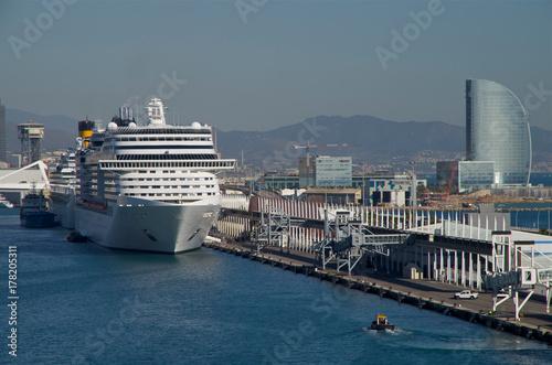 Plakat Statek wycieczkowy w porcie w Barcelonie