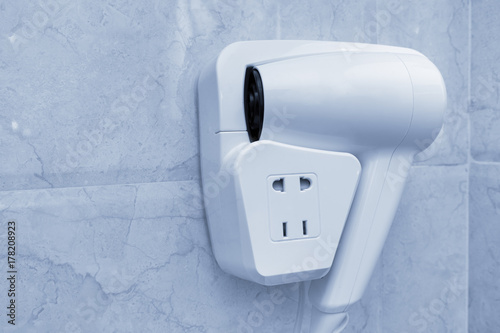 Obraz na dibondzie (fotoboard) Ręczna suszarka do włosów na ścianie